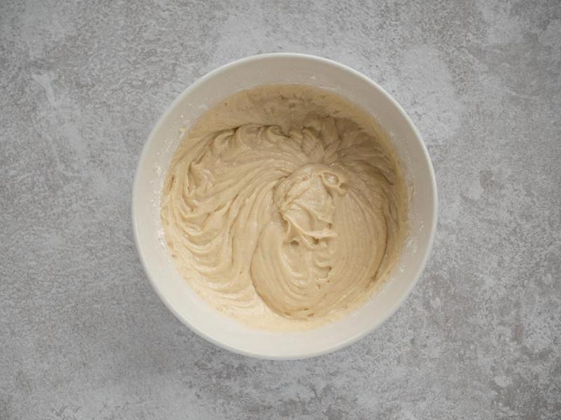 masa jogurtowa wymieszana z mąką i proszkiem do pieczenia Dr. Oetkera
