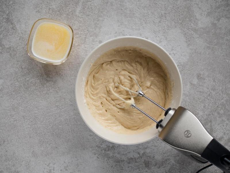 Ciasto jogurtowe zmiksowane z rozpuszczonym masłem