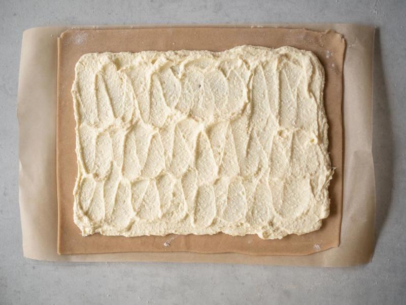 na blacie rozwałkowane ciato z nadzieniem serowym