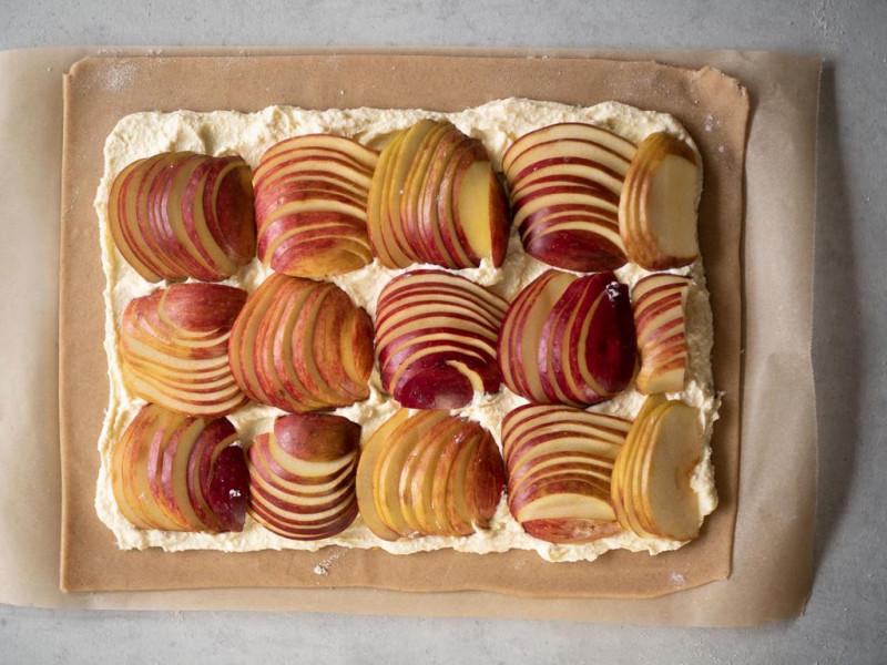 na blacie nieupieczone galette z jabłakmi i serem