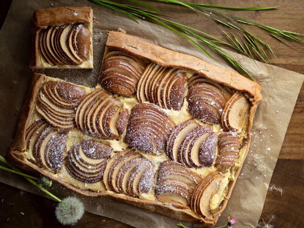 na papierze do pieczenia galette z jabłkami i serem