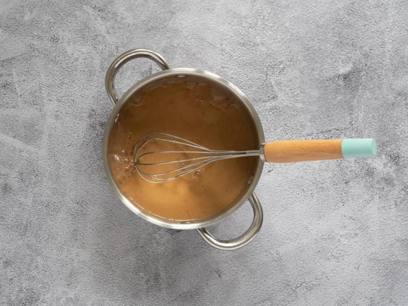 Wymieszanej składniki na sos cynamonowy.