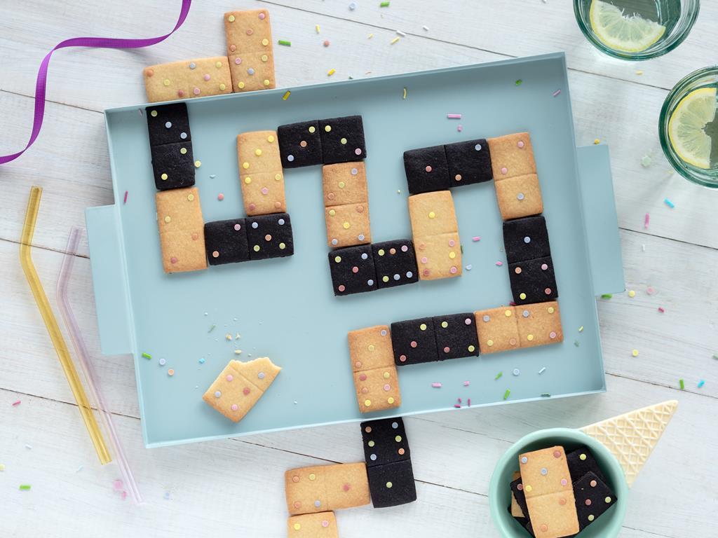 ciasteczka domino z wanilią, czarnym kakao i cukrową posypką konfetti Dr. Oetkera