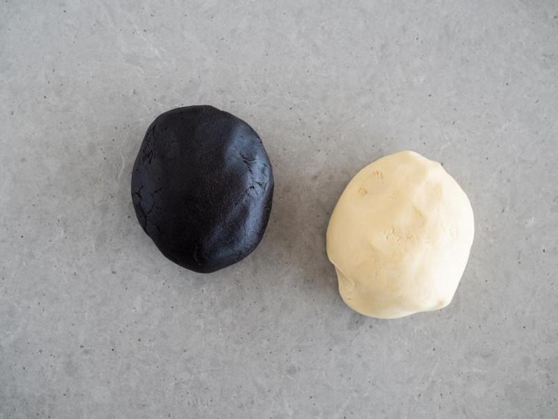 2 części ciasta na ciasteczka z wanilią i czarnym kakao