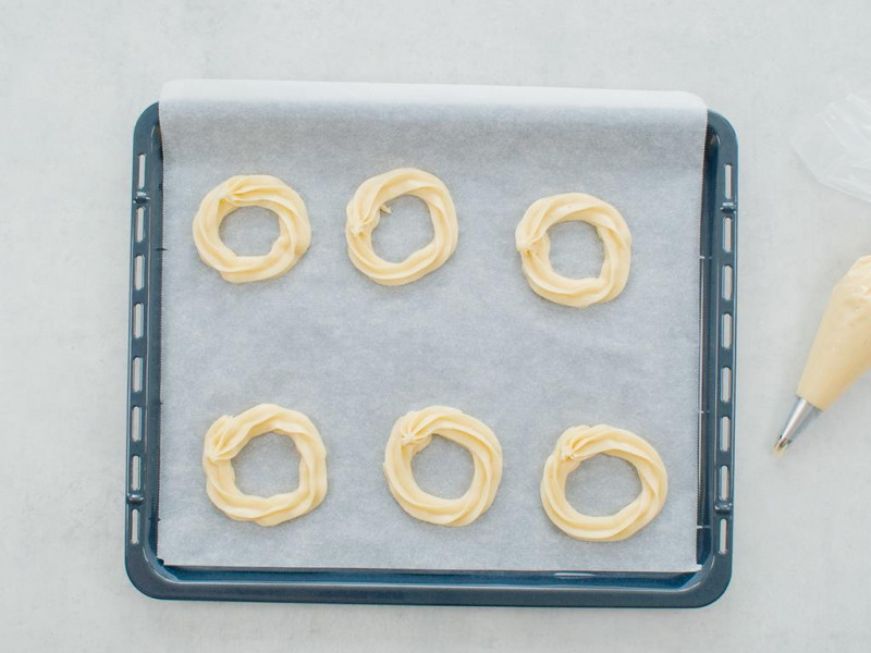 Wyłożenie ciasta na blaszkę za pomocą worka cukiernicznego