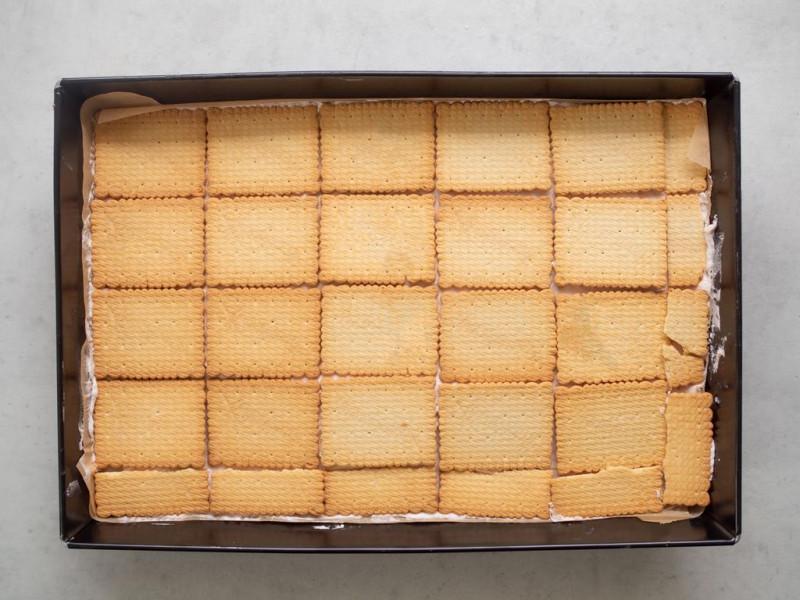 w dużej formie ciasto bez pieczenia z warstwą herbatników