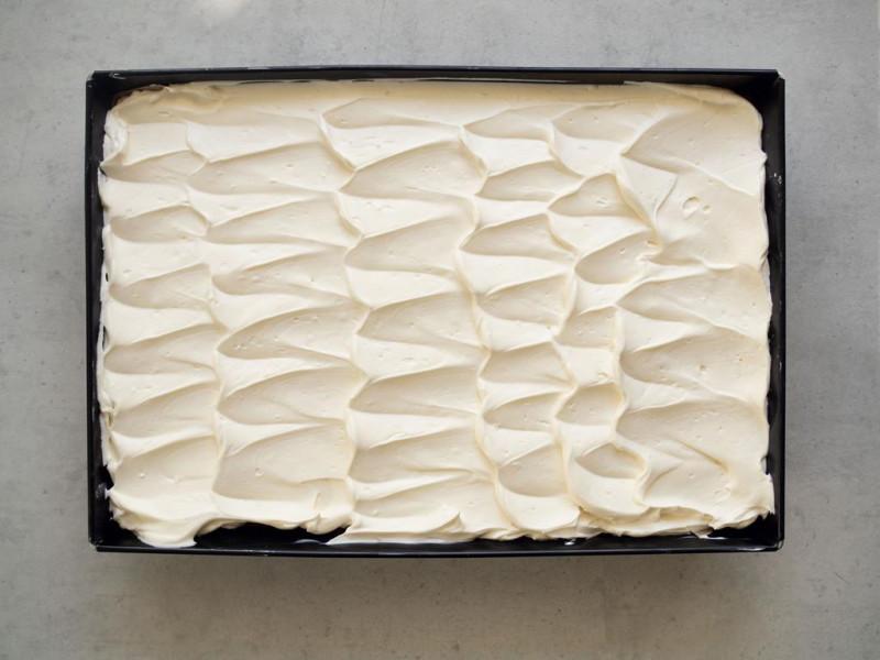 w dużej formie ciasto bez pieczenia z kremem śmietankowym na wierzchu