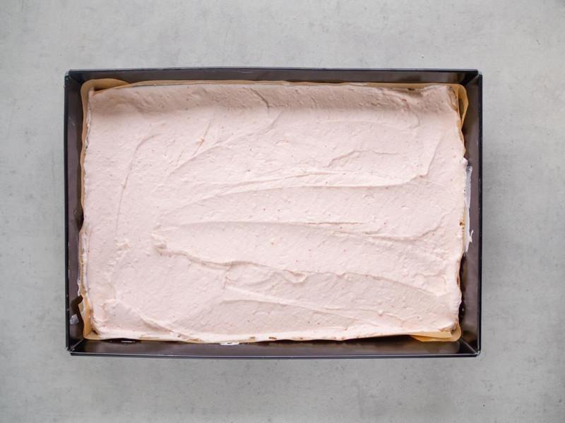 w dużej formie truskawkowe ciasto bez pieczenia