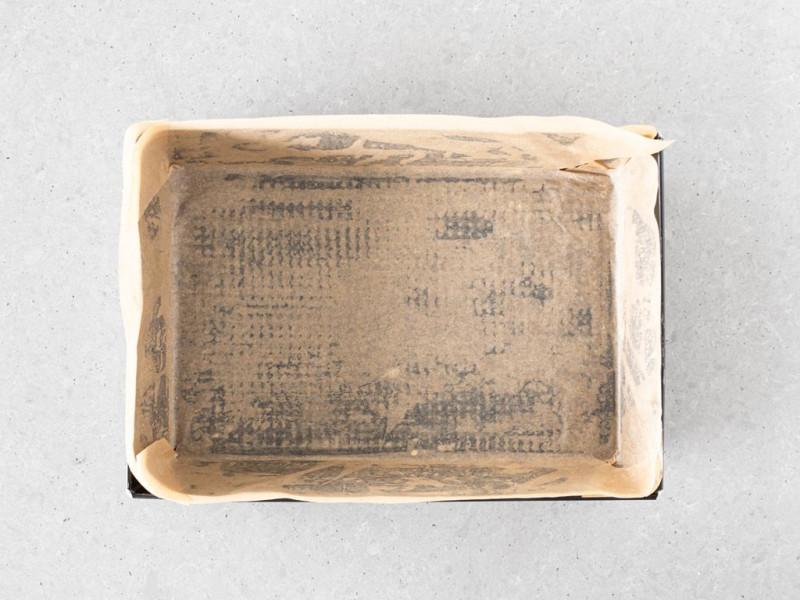 Foremka o wymiarach 25 x 32 cm wyłożona papierem do pieczenia.