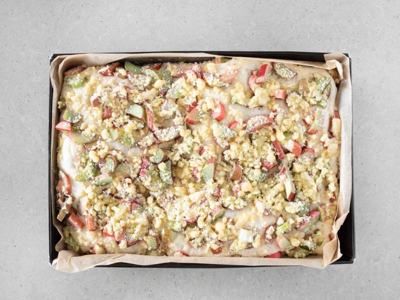 Wyrośnięte wegańskie ciasto drożdżowe z rabarbarem i kruszonką.