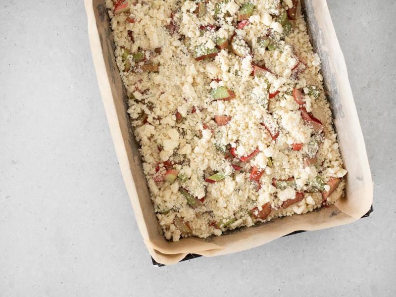 Ciasto drożdżowe z rabarbarem i kruszonką, jeszcze przed upieczeniem.