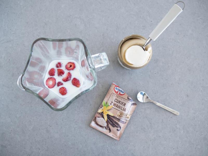 lody, mleko, truskawki, cukier z wanilią Dr. Oetkera w blenderze kielichowym do robota Bosch MUM9BX5S65