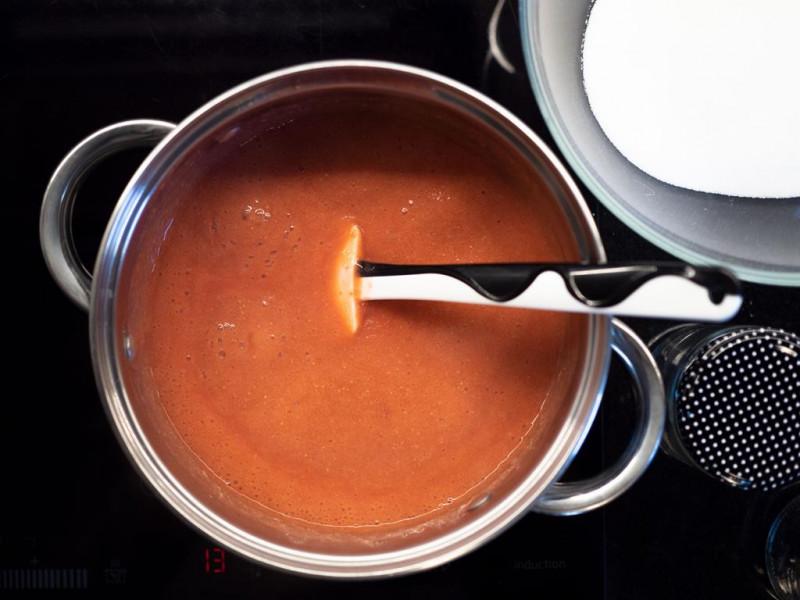 w garnku na kuchence gotujący się dżem