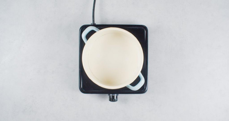 na kuchence garnek z mlekiem