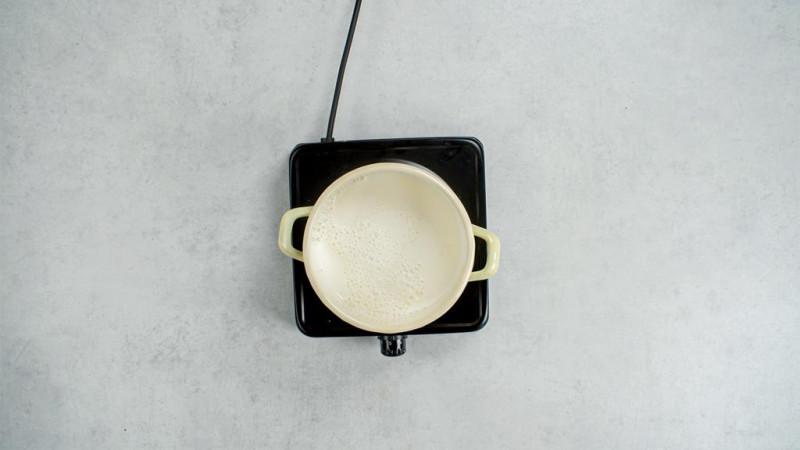 na kuchence turystycznej ganek z mlekiem