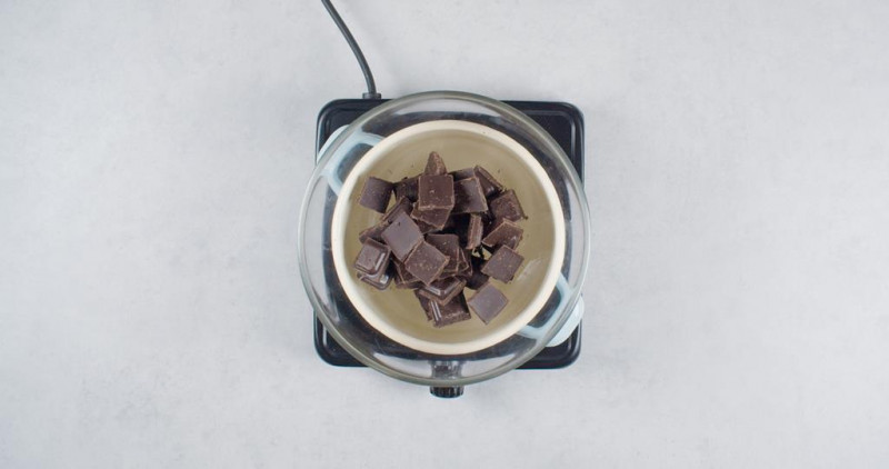 na palniku kuchenki nad garnkiem miska z czekoladą