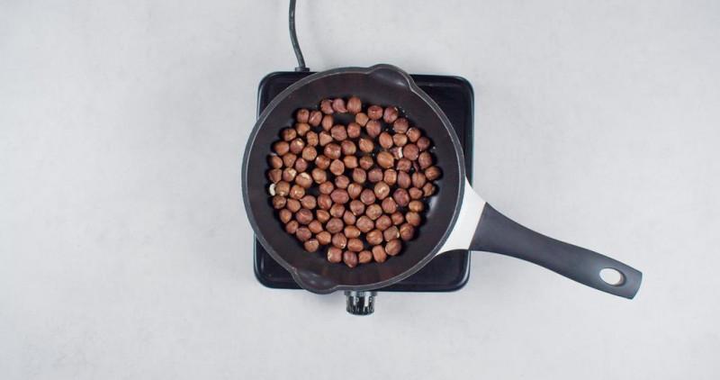 na kuchence patelnia z prażonymi orzechami laskowymi