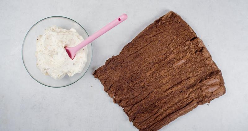 upieczone ciasto na kakaową roladę bez glutenu