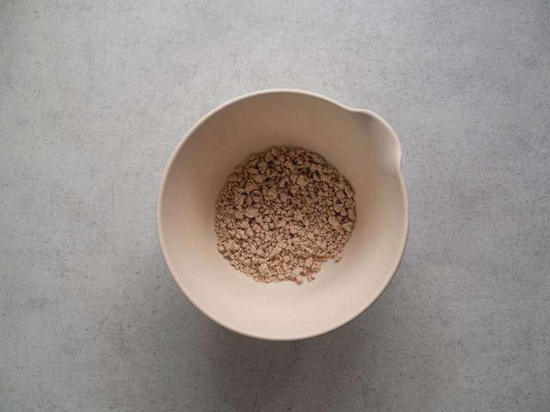 w misce na blacie pokruszone świeże drożdże