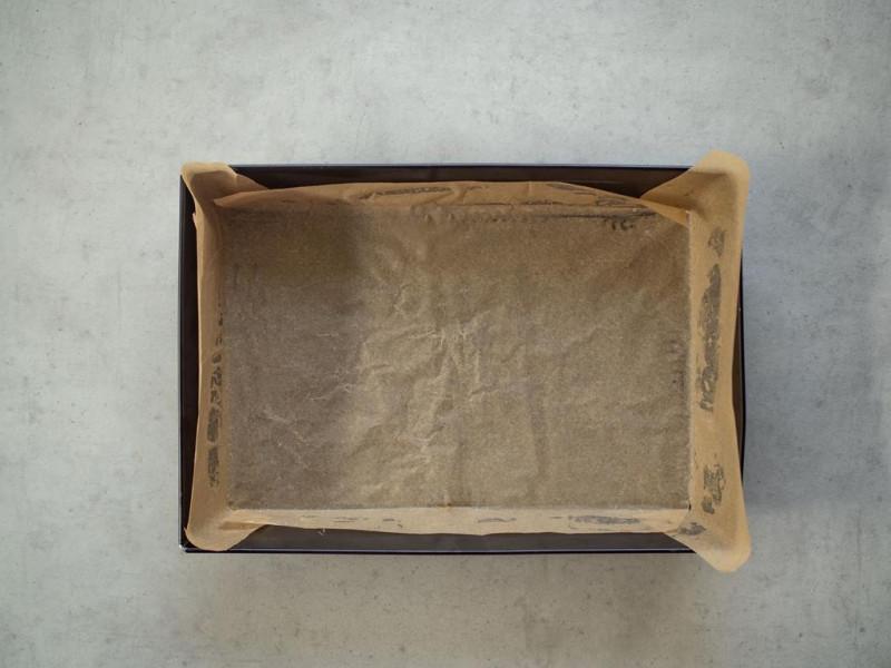 na blacie forma wyłożona papierem do pieczenia