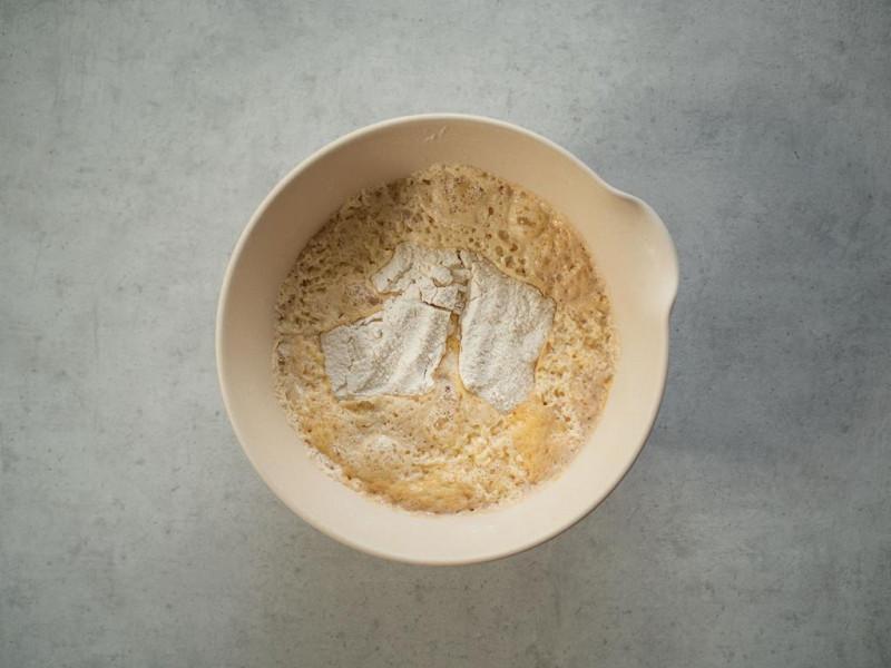 w misce wyrośnięte niezagniecione ciasto drożdżowe