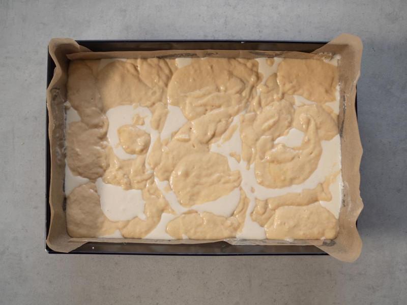 w blaszce do pieczenia ciasto drożdżowe z serem