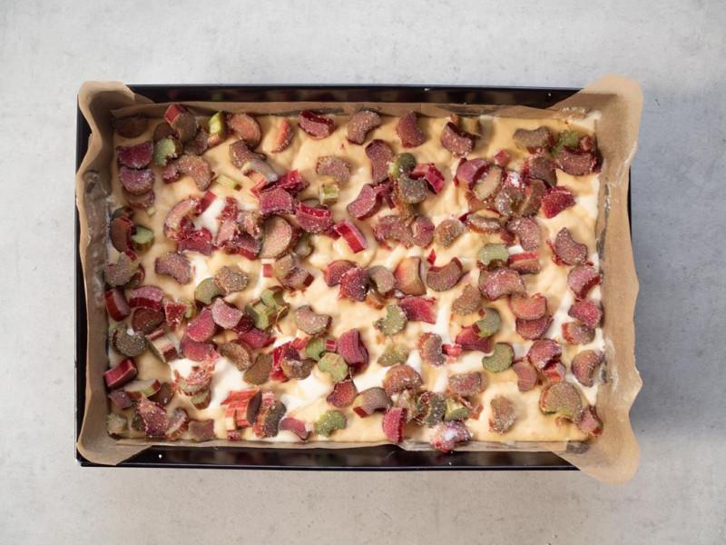 w blaszce nieupieczone ciasto drożdżowe z rabarbarem