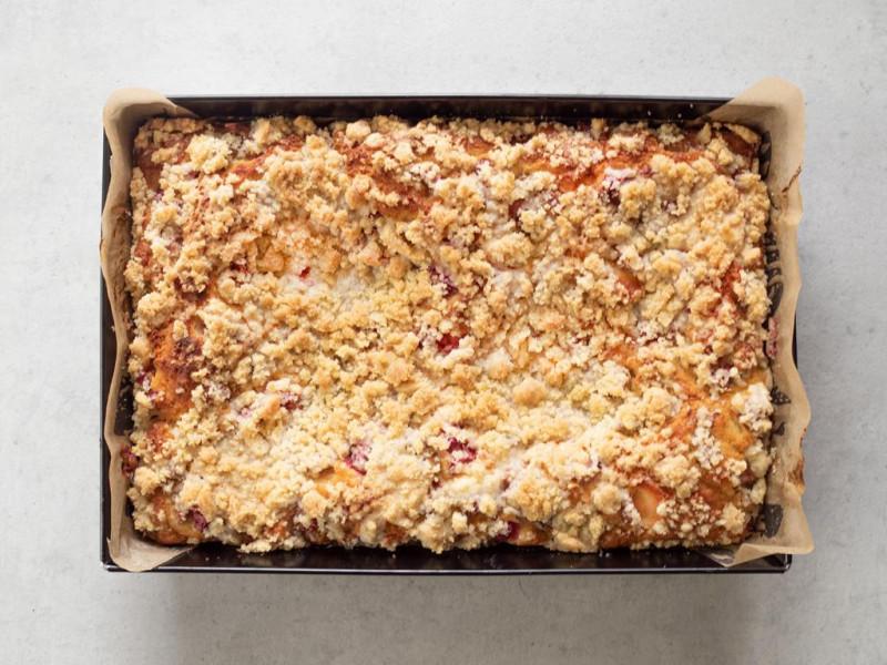 w blaszce upieczone ciasto drożdżowe z rabarbarem i kruszonką