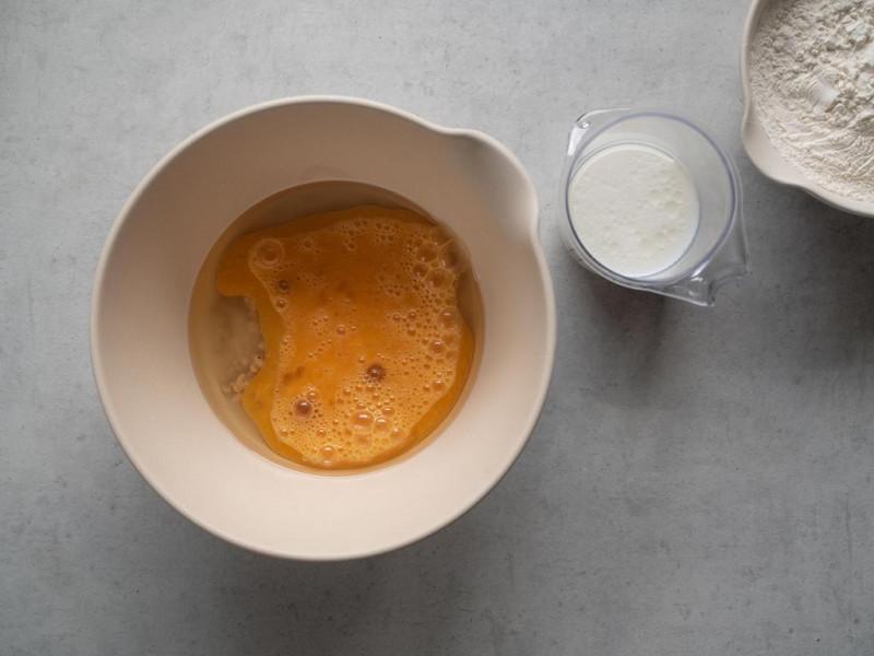 na blacie miska ze składnikami na ciasto drożdżowe
