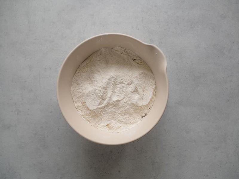 na szarym blacie miska z mąką