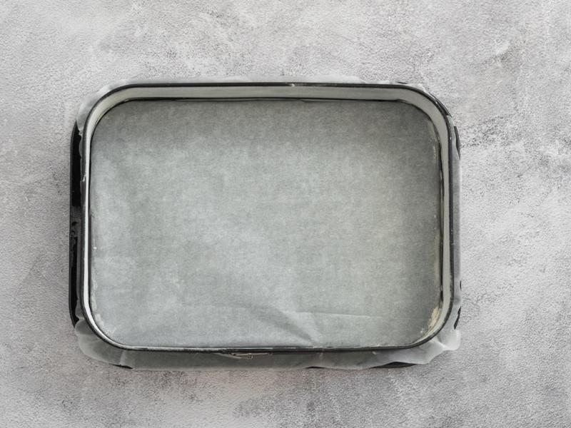 Prostokątna forma wyłożona papierem do pieczenia.