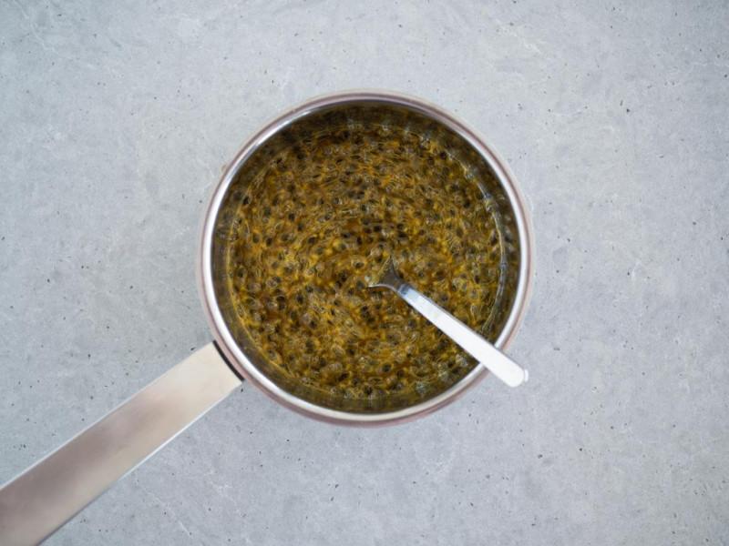 marakuja w syropie z cukru i soku z cytryny
