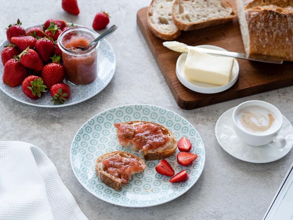 dżem rabarbarowy z imbirem na śniadanie,chleb, masło, kawa, truskawki Wszystkiego Słodkiego
