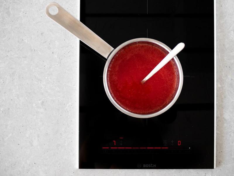 Gotowanie musu z truskawek na agarze.