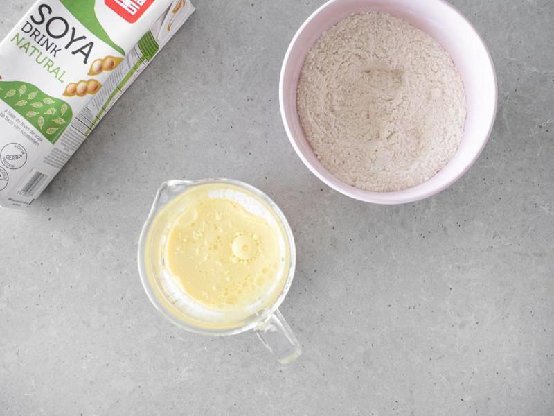 Napój sojowy wymieszany z olejem i obok w misce suche składniki.