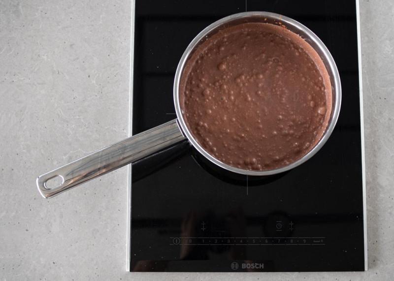 Podgrzewanie masy czekoladowo-kokosowej na kuchence indukcyjnej Bosch.