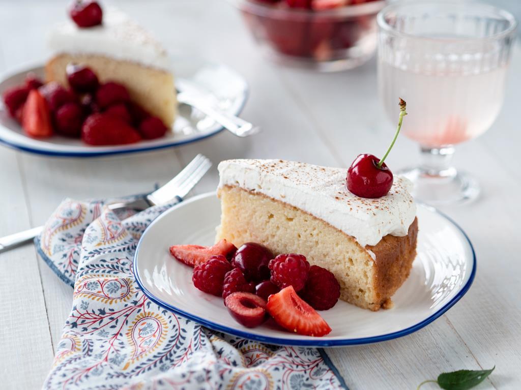 Ciasto Tres Leches - ciasto trzech mlek z bitą śmietaną cynamonem, czereśniami, truskawkami i malinami na deser Wszystkiego Słodkiego
