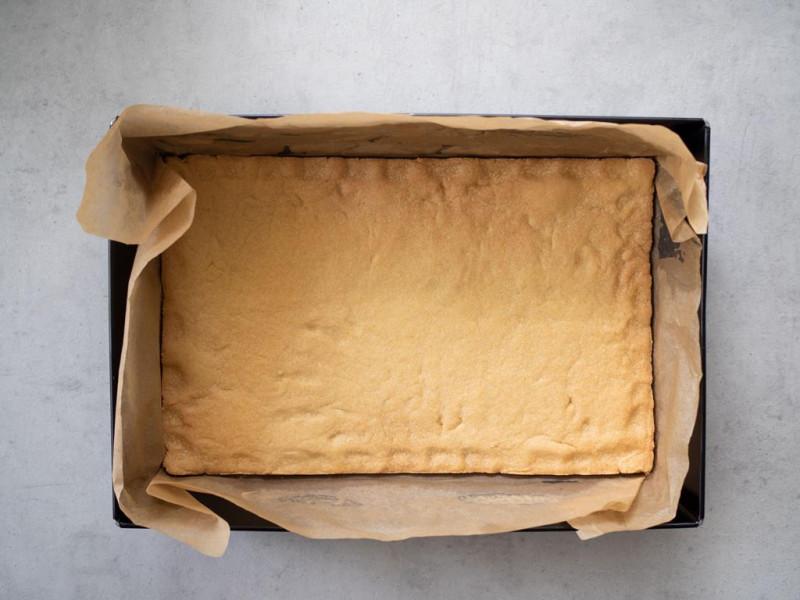 w formie upieczony spód kruchego ciasta