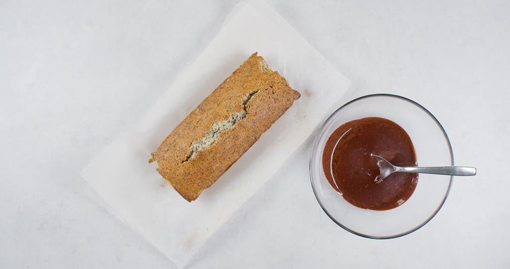 Polewa w miseczce i babka na papierze do pieczenia