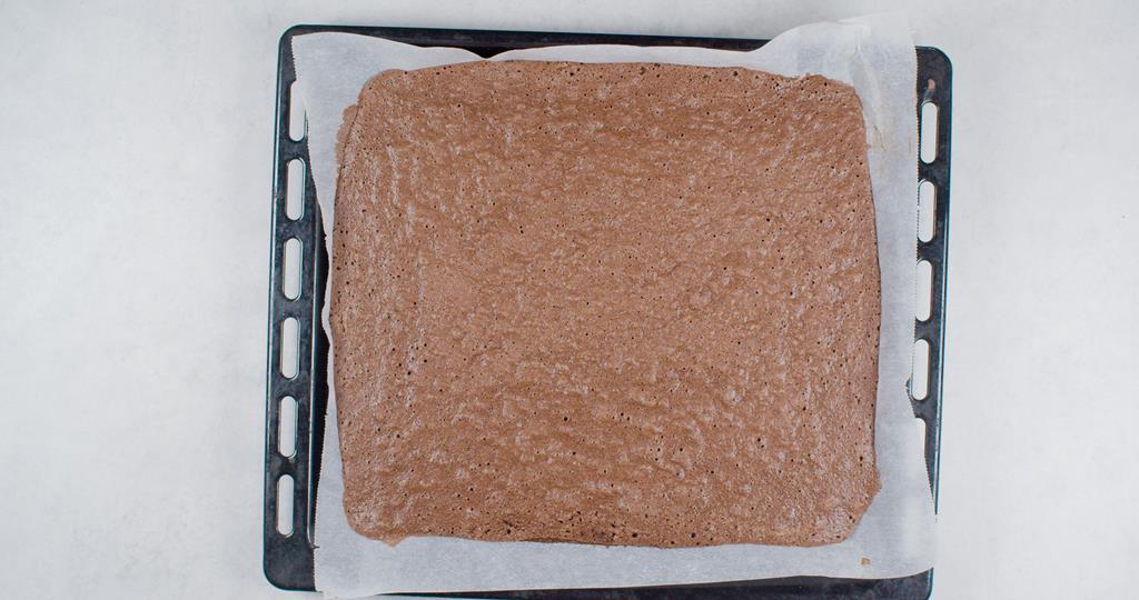 upieczone ciasto biszkoptowe na czekoladową roladę na formie do pieczenia