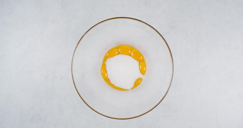 w szklanej misce żółtka z cukrem