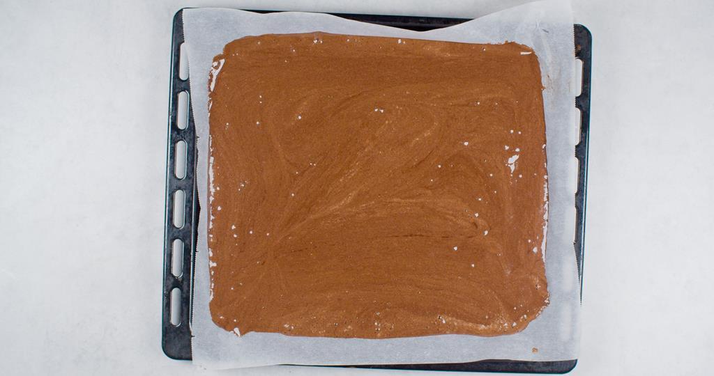 na blaszce z wyposażenia piekarnika nieupieczone ciasto na roladę biszkoptową