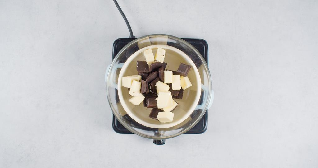 Gorzka i biała czekolada w kąpieli wodnej