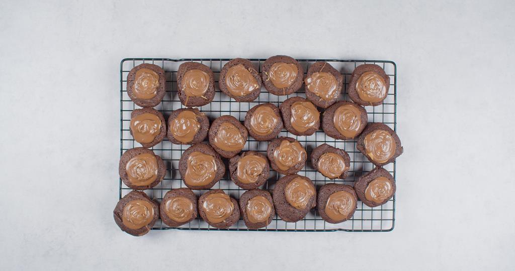 Ciastka czekoladowe odłożone do ostygnięcia