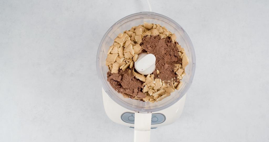 Herbatniki i kakao umieszczone w melakserze