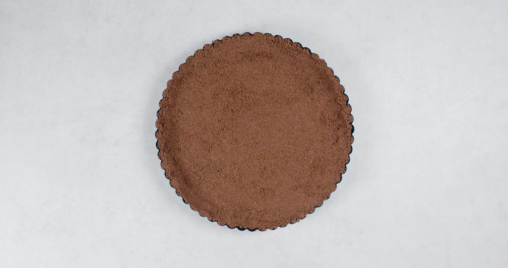 Spód do formy wyłożony masą ciasteczkową