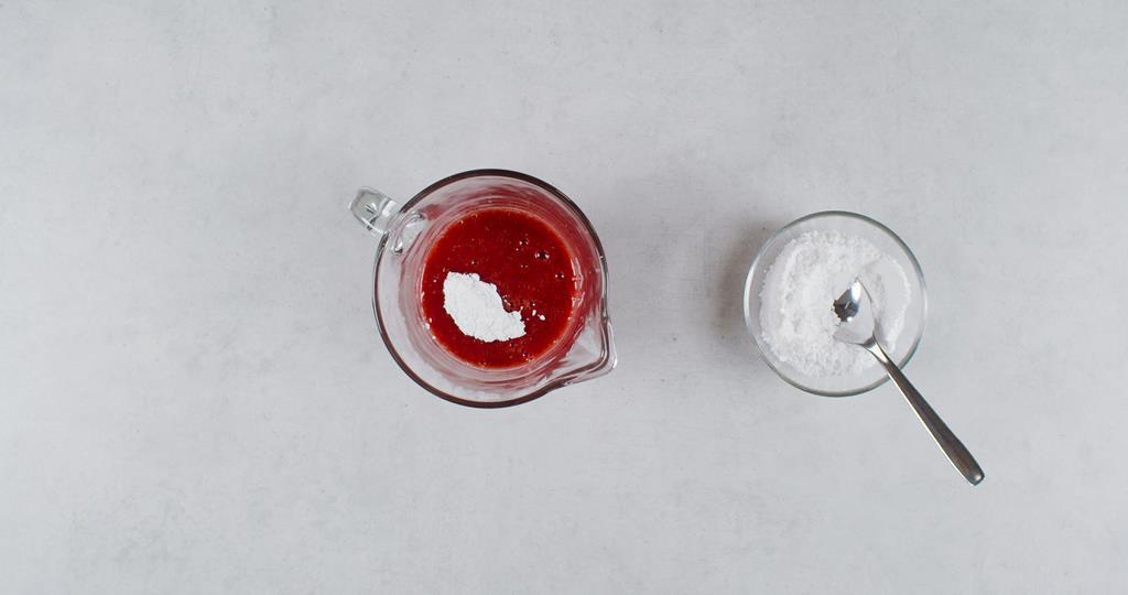 Mus z truskawek z cukrem pudrem