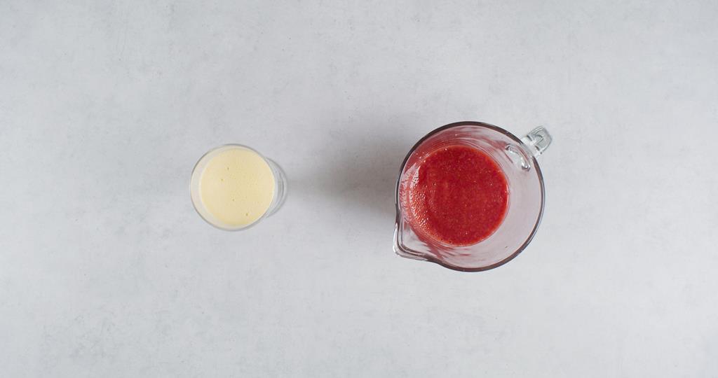 Szklany pucharek z waniliową warstwą i mus truskawkowy