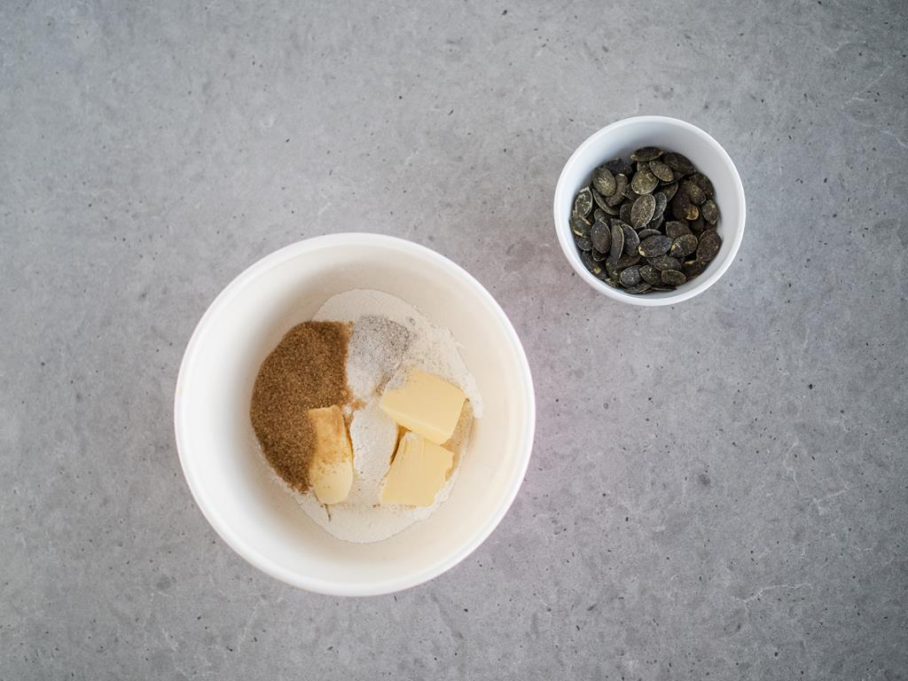 masło , cukier brązowy, cukier z wanilią, pestki dyni na kruszonkę