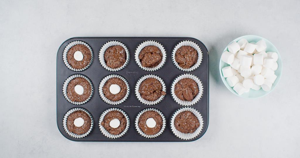 Ciasto czekoladowe i pianki w papilotkach